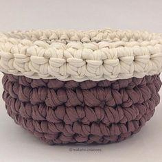 Cachepot bicolor prontinho para decorar uma sala! #cachepot #cesto #decoracao #coresneutras #decoracaosustentavel #arquiteta #sala #decorandoap #crochetting #handmadecrochet #fiodemalha #tshirtyarn #trapillo