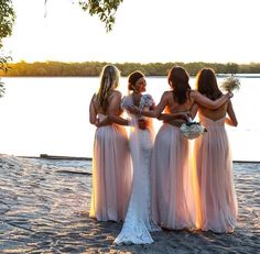 Foto linda da noiva com as madrinhas!💗<br />📷NSI Productions<br />www.quemcasaquerdicas.com<br /><br />#noiva #madrinhasdecasamento #noivacomasmadrinhas