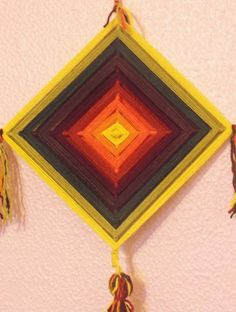 Mandala de 4 pontas, produzida com lã 100% natural sob base de varetas de bambus de 0,5cm. Ojo-de-Dio é a mandala de 4 pontas produzida pelo povo Huichol, do México.