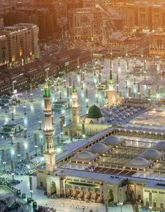 Ma Shaa Allah❤ Stunning view of the Prophet Masjid An Nabwi, Madinah. Islamic Images, Islamic Pictures, Islamic Art, Islamic Quotes, Al Masjid An Nabawi, Masjid Al Haram, Islamic Architecture, Art And Architecture, Medina Mosque