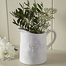 This butterfly ceramic jug & fresh green florals create a simple & effective display Country Kitchen Accessories, Shabby Chic Accessories, Country Table Centerpieces, Table Decorations, Centrepiece Ideas, Shabby Chic Gifts, Room Themes, Country Chic, Vintage Home Decor