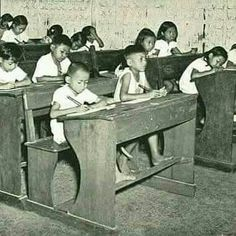 English: Students at Sekolah Rakyat in Java. Date 1 January Dutch East Indies, In Ancient Times, Old Pictures, Golden Gate Bridge, Childhood Memories, Vintage Photos, Entryway Tables, History, Outdoor Decor