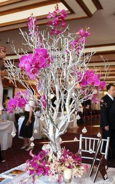Centros de ramas de arbol decoradas con flores. #CentrosDeMesa