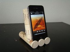 A fun DIY - Wine Cork iPhone, iPad, iPod Dock/Stand for your home or the office! Wine Craft, Wine Cork Crafts, Wine Bottle Crafts, Diy Iphone Stand, Iphone Holder, Diy Cork, Wine Cork Projects, Recycling Projects, Wine Cork Art