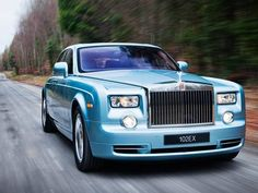 Primeiro Rolls Royce elétrico, o 102EX Phantom Experimental Eletric tem dois motores elétricos que, juntos, rendem o equivalente a 389cv.