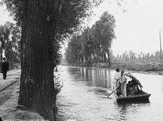 Una pequeña embarcación avanza por el Canal de la Viga alrededor de 1880. Del lado izquierdo se aprecia el antiguo paseo del mismo nombre, trazado en la época colonial, además de los rieles del tranvía; este panorama se transformó a mediados del siglo XX con la desaparición del canal.