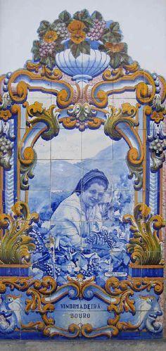 """""""A estação dos caminhos-de-ferro do Pinhão é conhecida pelos seus 24 painéis de azulejos, que retratam paisagens do Douro e aspectos das vindimas. Em tons de azul, os azulejos são da autoria de J. Oliveira e foram encomendados à fábrica Aleluia, de Aveiro, em 1937."""" Wikipédia. By Lúcia"""