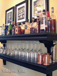 Crie um bar improvisado colocando as suas bebidas e produtos de coquetel nas prateleiras.