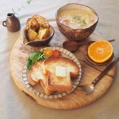 スープ、フルーツ、サラダがのったワンプレート