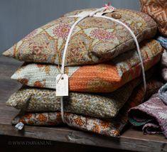 Parvani | Kussens gemaakt van oude Sari's, oranje, oker, olijfgroen.