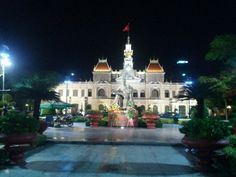 아이를 무척 사랑했던 호아저씨 (호찌민)이였기에 아이를 안고 있는 호찌민의 동상이 있다.매년 5월19일 호찌민의 생일이 되면 축하화환들이 즐비하다. #호찌민시인민위원회청사 #UBND_TP #Night_view #HCMC #Vietnam #여기는베트남