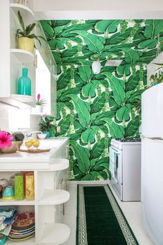 Kristen's Palm Beach-Inspired Home In Burbank — House Tour Impression 3d, Accent Wall In Kitchen, Tropical Kitchen, Palm Beach Regency, Leafy Plants, Plant Wallpaper, Cuisines Design, Cheap Home Decor, Home Decor Accessories