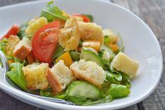 Ein Rezept für Panzanella: Brotsalat nach toskanischer Art ist der perfekte Weg altes Brot köstlich zu verarbeiten. Bon Appetit, Cobb Salad, Potato Salad, Potatoes, Ethnic Recipes, Food, Dressings, Lettuce Recipes, Salads