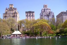 Love the boat pond, and look at all the richie rich houses in the background.  NYC trip with Cindi.