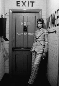 """David Bowie - """"Backstage by Door"""" (1972) par Masayoshi Sukita / Sukita est l'auteur de nombreux clichés célèbres de Bowie, en particulier pendant la période Ziggy et Aladdin Sane, ainsi que la série qui donnera sa pochette à l'album Heroes."""