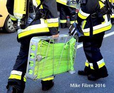 NEWS:  FW-E: Feuer in KFZ-Werkstatthalle in Bergeborbeck, zwei Fahrzeuge komplett ausgebrannt, keine Verletzten