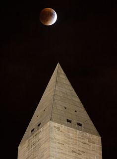 A perigee full moon, or supermoon, is seen behind the Washington Monument during a total lunar eclipse on Sunday, September 27, 2015, in Washington, DC. The combination of a supermoon and total lunar eclipse last occurred in 1982 and will not happen again until 2033.