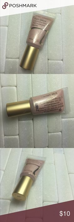 Jane Iredale Eye Gloss (peach silk) Brand new, never opened. Color: PEACH SILK. Smooth and luxurious, this creamy, crease-resistant eyeshadow is quick drying so it will not smear. A quick-drying liquid eye shadow with a smooth and luxurious formula. Will not crease or smear. Helps to camouflage shadows and veins on eyelid. key ingredients: Mica: Provides glide. Trimethysiloxysilicate: Gives long wear. Water resistance. Provides smooth coverage and adhesion. Macadamia Esters: Hydrate. Soothe…