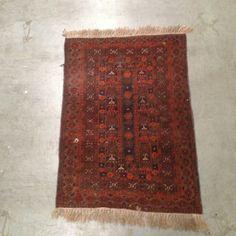 tapis d'orient fait main model petit motif couleur dominante rouge . XX siècle .