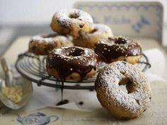 Zimt-Nougat-Donuts Rezept: Stück,Nuss-Nougat-Masse,Mehl,Zucker,Salz,Zimt,Vanillin-Zucker,Butter,Ei,Milch,Hefe,Zartbitter-Kuvertüre,Vollmilch-Kuvertüre,Puderzucker,Zuckerperlen,Hände,Mulden