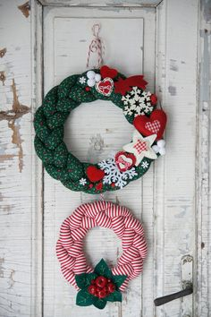 Pin by Anke Claassen on Wreaths Felt Christmas Decorations, Xmas Wreaths, Christmas Ornament Crafts, Christmas Fabric, Handmade Christmas, Holiday Crafts, Christmas Crafts, Christmas Sewing Projects, Diy Wreath