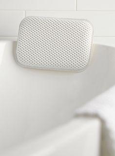 Exclusivité Simons Maison - Une texture matelassée au confort moelleux qui soutient le cou et la tête - Mousse PVC qui adhère aux surfaces du bain avec un système de ventouses - 19x29 cm