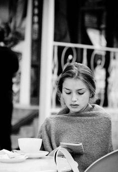 En el café de la esquina.