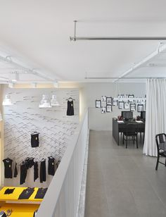 Atelier com decoracao em preto e amarelo por Gisele Taranto.