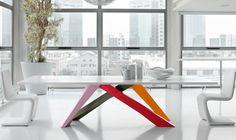 Ein Großer Holz Esstisch Fasziniert Mit Effektvollem Farbenmix Und  Origineller Konstruktion. Die Italienische Marke Bonaldo Ist Mit Ihren  Minimalistischen