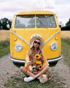 yellow VW and sunflowers T3 Vw, Volkswagen Minibus, Vw Bus, Combi Ww, T6 California, Bus Girl, Boho Beautiful, Bohemian Mode, Picture Poses