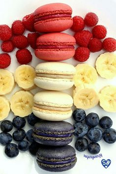 Wedding French macarons come in all flavors. Personally love these raspberry, banana and blueberry macarons. Just Desserts, Delicious Desserts, Yummy Food, Tasty, Cookie Recipes, Dessert Recipes, Macaron Cookies, Shortbread Cookies, French Macaroons