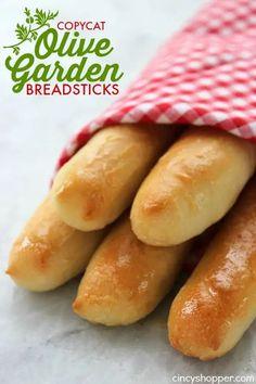 Olive Garden Breadsticks, Homemade Breadsticks, Garlic Breadsticks, Olive Garden Salad, Olive Garden Recipes, Olive Garden Food, Pain Aux Olives, Biscuits, Olive Gardens
