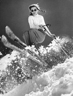 Quasiment cinq ans avant de remporter une médaille d'or aux JO d'Oslo en 1952, la skieuse américaine Andrea Mead Lawrence remporte la palme du sport et du style à l'entraînement sur les pistes de Sun Valley. Pull à grosse maille torsadée, pantalon à pinces, Ray-Ban sur le nez et cheveux nattés, elle semble tout droit sortie d'un film hollywoodien.