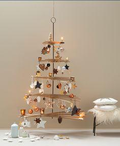 De kerstboom versieren: voor de een is het één groot feest, voor de ander elk jaar een crime. Wil je 'ns een keer iets anders? Koop of maak een houten variant. Deze hangende boom is overigens ook handig als je een huisdier hebt die de kerstboom erg interessant vindt. #kerstboom #diy #christmas #kerst #kerstmis #christmastree #tree