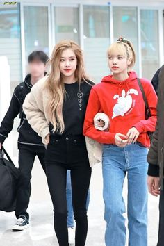 """""""blackpink members clinging onto lisa at the airport: a thread"""" Blackpink Outfits, Kpop Fashion Outfits, Blackpink Fashion, Korean Outfits, Daily Fashion, Jenny Kim, Kim Jennie, Korean Airport Fashion, Korean Fashion"""