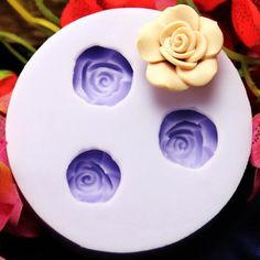 With our reusable flower silicone mold, you can create beautiful gardenia style flowers for pendants or hair pieces. The flexible silicone allows you to use the mold dozens of time. Each flower castin