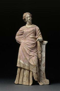Figurine : femme drapée accoudée à un pilier. 4e qaurt du 3e-1er quart 2e siècle av J.-C. Paris, musée du Louvre