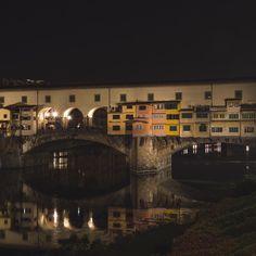 El Ponte Vecchio se levanta orgulloso en su reflejo  . . Uno de los puentes más famosos del mundo  es difícil hacerle justicia con una foto! Lo habéis visitado? . . Espero que hayáis tenido un buen día!
