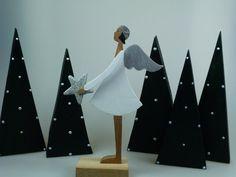 Hier haben wir zwei kleine Engel für Ihre Weihnachtsdekoration. Wählen Sie: 1. Engel mit Stern 2. Engel ohne Stern *Der Preis 19,00€ bezieht sich auf einen Engel!* Christmas 2019, Christmas Holidays, Xmas, Christmas Tree Ornaments, Christmas Crafts, Christmas Decorations, Wood Crafts, Diy Crafts, Winter Diy
