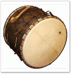 Le Davul est un tambour à deux faces très répandu au Moyen-Orient et assez proche du Dohol. Le jeu est proche du dohol, puisquil se joue avec deux baguettes dépareillées (une grosse et une fine). Il est tout autant réservé aux musiques et aux danses folkloriques. On en joue debout,