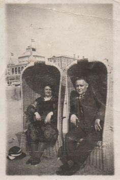Scheveningen 1927. De ouders van mijn al lang overleden oma. Theodorus van der Kolk 1882 - 1956 en Dieuwertje Jol 1882 - 1943. Jol, History, Painting, Historia, Painting Art, Paintings, Painted Canvas, Drawings