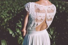 Robe de mariée moderne et simple, parfaite pour une mariée bohème, champêtre. Marque : Laura Folk