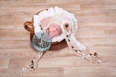 bébé dans une tasse à café maron géante - Bébé de 0 à 15 jours