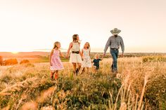 Brandi, Ben, and the Girls // Kiowa Colorado Fall Family Photographer Family Portraits Outside, Outdoor Family Pictures, Farm Pictures, Fall Family Photos, Fall Photos, Family Pics, Large Family Poses, Family Picture Poses, Family Photo Sessions