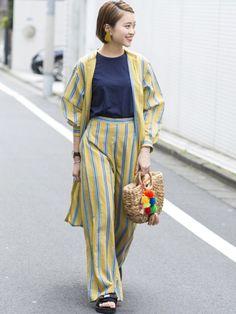 春夏らしいキャッチーなカラーリングのストライプのロングシャツとパンツを大胆にセットで合わせて、気分の