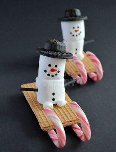 Snowman treats for haven (christmas sweets sleigh) Christmas Gingerbread House, Christmas Snacks, Xmas Food, Christmas Cooking, Christmas Goodies, Christmas Candy, Holiday Treats, Holiday Fun, Christmas Crafts
