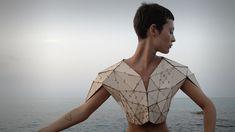 Diplômée de la Delft University of Technology, Pauline Marcombe est une jeune architecte obsédée par le triangle. | C'est pourquoi elle a conçu ce t shirt réalisé à l'aide de pièces de MDF découpées au laser assisté par ordinateur. | Passionnée par la rencontre de la mode, l'architecture et la musique, elle travaille actuellement à l'élaboration d'un nouveau prototype en lien avec les mouvements du corps.