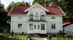 hus med amerikans veranda - Yahoo Search Results Bildsökresultat Swedish Farmhouse, Swedish Cottage, Red Roof House, German Houses, Home Focus, Mountain House Plans, Grey Exterior, Nordic Home, Classic Architecture