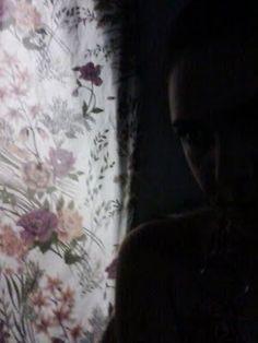 Minha gente, escutar Maria Bethânia faz qualquer cicatriz estourar. Tenho que parar com esse negócio de estourar cicatrizes. Tenho que parar com esses repeats eternos.  http://flutu-ando.blogspot.com.br/2011/08/maria-e-os-revivals-que-me-provoca.html