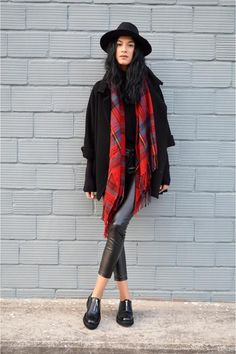 Faux Leather/Leather Jeans: Chunky red scarf with black hat, black jacket, and leather pants Red Scarf Outfit, Plaid Scarf, Leather Jeans, Red Scarves, Classic Style Women, Black Turtleneck, Weekend Style, Fall Winter Outfits, Autumn Fashion